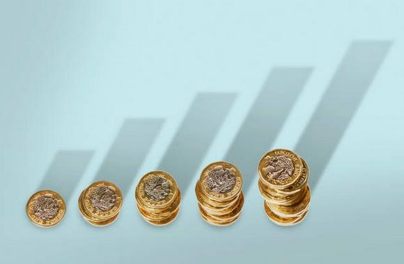 Cinq piles de pièces de monnaie, de la plus petite à la plus grosse